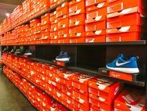 Orlando, de V.S. - 8 Mei, 2018: Achtergrond van gestapelde Nike-schoenendozen bij de premieafzet van Orlando in Orlando, de V.S. royalty-vrije stock foto's