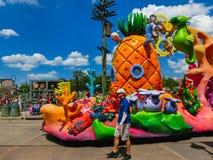 Orlando, de V.S. - 8 Mei, 2018: De grote parade met uitvoerders bij Universeel Studiopark op 8 Mei, 2018 royalty-vrije stock fotografie