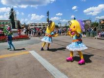 Orlando, de V.S. - 8 Mei, 2018: De grote parade met uitvoerders bij Universeel Studiopark op 8 Mei, 2018 royalty-vrije stock afbeeldingen