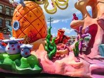 Orlando, de V.S. - 8 Mei, 2018: De grote parade met uitvoerders bij Universeel Studiopark op 8 Mei, 2018 stock foto's