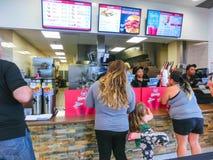 Orlando, de V.S. - 10 Mei, 2018: De mensen bij beroemde hamburger winkelen WENDYS stock foto
