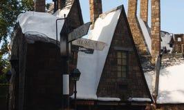 Orlando, EUA - 22 de junho de 2016 - o mundo de Wizarding de Harry Potter - castelo - sinal de Hogsmeade dos estúdios universais imagens de stock