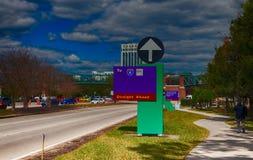 ORLANDO, FL - 19 FÉVRIER 2016 : Disney gare des panneaux routiers en Orla Image stock