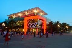 Orlando, Florida; 19 augustus, de Thematische Opslag van 2018 met rode neonlichten op blauwe hemel backround in Disney-de Lente,  royalty-vrije stock afbeelding
