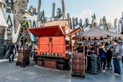 ORLANDO, FLORIDA, DE V.S. - DECEMBER, 2017: BUTTERBEER, beroemde drank van Harry Potter Movie die 0% alcohol bevatten, in Wizardi stock fotografie