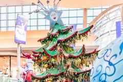 ORLANDO, FLORIDA, DE V.S. - DECEMBER, 2018: Kleurrijke Kerstboomdecoratie bij Wandelgalerijwandelgalerij bij Millennia royalty-vrije stock afbeelding