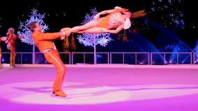 Orlando Florida December 25, 2018 Par som åker skridskor på is på vinterunderland på isshow i internationellt drevområde lager videofilmer