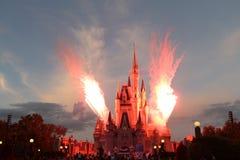 ORLANDO, FLORIDA - 15 DICEMBRE: Esposizione spettacolare del fuoco d'artificio durante Disney natale fuoco d'artificio manifestaz Fotografie Stock