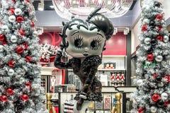 ORLANDO, FLORIDA, EUA - EM DEZEMBRO DE 2017: Betty Boop Cartoon Character em um Natal da exposição da janela da loja decorada em  fotos de stock royalty free