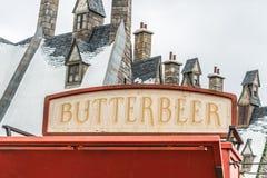 ORLANDO, FLORIDA, EUA - EM DEZEMBRO DE 2018: BUTTERBEER, bebida famosa de Harry Potter Movie que contém o álcool de 0%, no Wizard fotos de stock royalty free