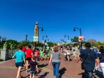 Orlando Florida - Maj 09, 2018: Folket som går på, parkerar öar av affärsföretaget på Orlando, Florida på Maj 09, 2018 Arkivfoton