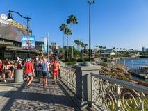 Orlando Florida - Maj 09, 2018: Folket som nära går, parkerar öar av affärsföretaget på Orlando, Florida på Maj 09, 2018 Royaltyfria Bilder