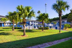 Orlando, Florida - Mei 8, 2018: De Hoofdingangtoevlucht of hotel van de Rodewayherberg in Orlando, Florida, de V.S. stock foto's