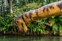 ORLANDO, FLORIDA, U.S.A. - DICEMBRE 2018: Dinosauro al parco a tema giurassico, avventura del fiume, Universal Studios Orlando, i immagine stock