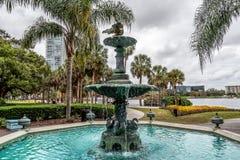 ORLANDO FLORIDA, USA - DECEMBER, 2018: Den annan sj?n Eola parkerar springbrunnen, den Sperry springbrunnen arkivfoton