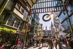 ORLANDO FLORIDA, USA - DECEMBER, 2017: Den Wizarding världen av Harry Potter —Diagon gränd på universella studior Florida arkivbild