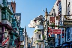ORLANDO FLORIDA, USA - DECEMBER, 2017: Den Wizarding världen av Harry Potter —Diagon gränd på universella studior Florida arkivbilder
