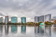 ORLANDO FLORIDA, USA - DECEMBER, 2018: Eola sj?n parkerar, den popul?ra destinationen f?r festivaler, konserter som fundraising g fotografering för bildbyråer