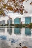ORLANDO FLORIDA, USA - DECEMBER, 2018: Eola sj?n parkerar, den popul?ra destinationen f?r festivaler, konserter som fundraising g royaltyfria foton