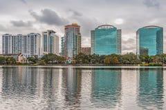 ORLANDO FLORIDA, USA - DECEMBER, 2018: Eola sj?n parkerar, den popul?ra destinationen f?r festivaler, konserter som fundraising g arkivfoto
