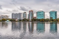 ORLANDO FLORIDA, USA - DECEMBER, 2018: Eola sj?n parkerar, den popul?ra destinationen f?r festivaler, konserter som fundraising g arkivbilder