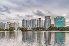ORLANDO FLORIDA, USA - DECEMBER, 2018: Eola sj?n parkerar, den popul?ra destinationen f?r festivaler, konserter som fundraising g royaltyfri foto