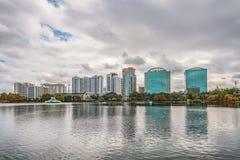ORLANDO FLORIDA, USA - DECEMBER, 2018: Eola sj?n parkerar, den popul?ra destinationen f?r festivaler, konserter som fundraising g royaltyfria bilder