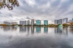 ORLANDO FLORIDA, USA - DECEMBER, 2018: Eola sj?n parkerar, den popul?ra destinationen f?r festivaler, konserter som fundraising g royaltyfri fotografi