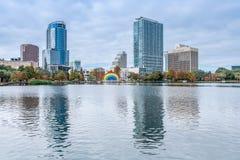 ORLANDO FLORIDA, USA - DECEMBER, 2018: Eola sj?n parkerar, den popul?ra destinationen f?r festivaler, konserter som fundraising g royaltyfri bild
