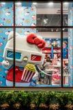 ORLANDO FLORIDA, USA - DECEMBER, 2017: Hello Kitty shoppar fönsterskärm på universella studior Florida arkivbilder