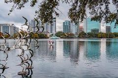 ORLANDO FLORIDA, USA - DECEMBER, 2018: Sj?n Eola parkerar med en stor skulptur av seagulls royaltyfri fotografi