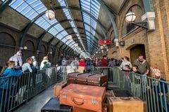 ORLANDO, FLORIDA, USA - DEZEMBER 2017: Die Wizarding-Welt von Harry Potter - die Eilbahnstation und die Plattform Hogwarts, Uni lizenzfreies stockbild