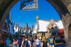 Orlando, Floryda, usa - Maj 09, 2018: Ludzie iść przy Wizarding światem Harry Poter Fotografia Royalty Free