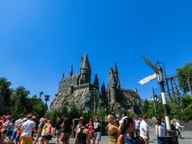 Orlando, Floryda, usa - Maj 09, 2018: Ludzie iść przy Wizarding światem Harry Poter Zdjęcie Royalty Free