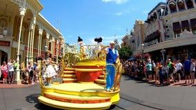 Orlando, la Florida 2 de abril de 2019 Desfile de la celebraci?n de la sorpresa de Mickey y de Minnie en fondo azul claro del cie almacen de video