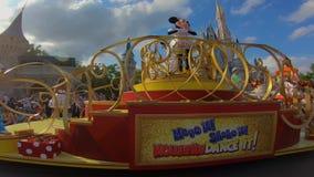 Orlando, la Florida 2 de abril de 2019 Donald Duck en desfile de la celebraci?n de la sorpresa de Mickey y de Minnie en fondo azu almacen de video