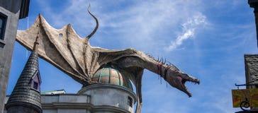 ORLANDO, la FLORIDA/ESTADOS UNIDOS - 22 de junio de 2016 - mundo de Wizarding de Harry Potter - el callejón de Diagon - dragón Imagen de archivo libre de regalías