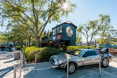 ORLANDO, LA FLORIDA, LOS E.E.U.U. - DICIEMBRE DE 2017: Delorean y el tren de la película foto de archivo libre de regalías