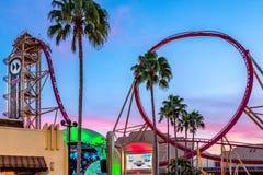 ORLANDO, LA FLORIDA, LOS E.E.U.U. - DICIEMBRE DE 2017: Los jinetes gozan del roller coaster de Rockit del paseo del rasgón en el  imágenes de archivo libres de regalías