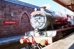 ORLANDO, LA FLORIDE 19 AVRIL 2016 : Train rapide de Hogsmead et de Hogwarts, maison à Harry Potter et l'attraction interdite de v Photographie stock libre de droits