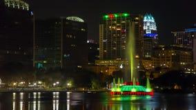Orlando som är i stadens centrum på natten, Eola sjön och, parkerar stock video