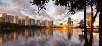 Orlando Sunrise do centro no lago Eola - imagem da foto imagem de stock royalty free