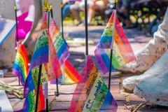 ORLANDO, U.S.A. - 5 MAGGIO 2017: Piccole bandiere gay nella terra, nel posto dove Omar Mateen, in 49 persone uccise e nei 53 feri Fotografia Stock