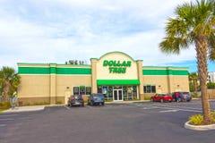 Orlando USA - April 29, 2018: Yttersida av dollarträdet, som är en av flera dollardiversehandel, grundar över det enigt Arkivbilder
