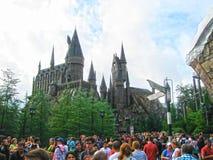 Orlando USA - Januari 02, 2014: Besökare som tycker om Harry Potter de themed dragningarna och, shoppar på Hogsmeaden Fotografering för Bildbyråer