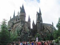 Orlando USA - Januari 02, 2014: Besökare som tycker om Harry Potter de themed dragningarna och, shoppar på Hogsmeaden Arkivfoto