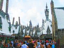 Orlando USA - Januari 02, 2014: Besökare som tycker om Harry Potter de themed dragningarna och, shoppar på Hogsmeaden Royaltyfria Foton