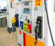 Orlando, USA - 8. Mai 2018: Füllende Düsen an einer Shell-Tankstelle lizenzfreies stockbild