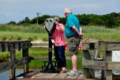 Orleans, mA: Mujer que usa el telescopio de la paga Imagen de archivo
