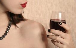 Labbra e un bicchiere di vino. immagini stock libere da diritti